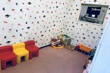 お子さま連れの患者様も多いので、キッズスペースを広くとってあります。